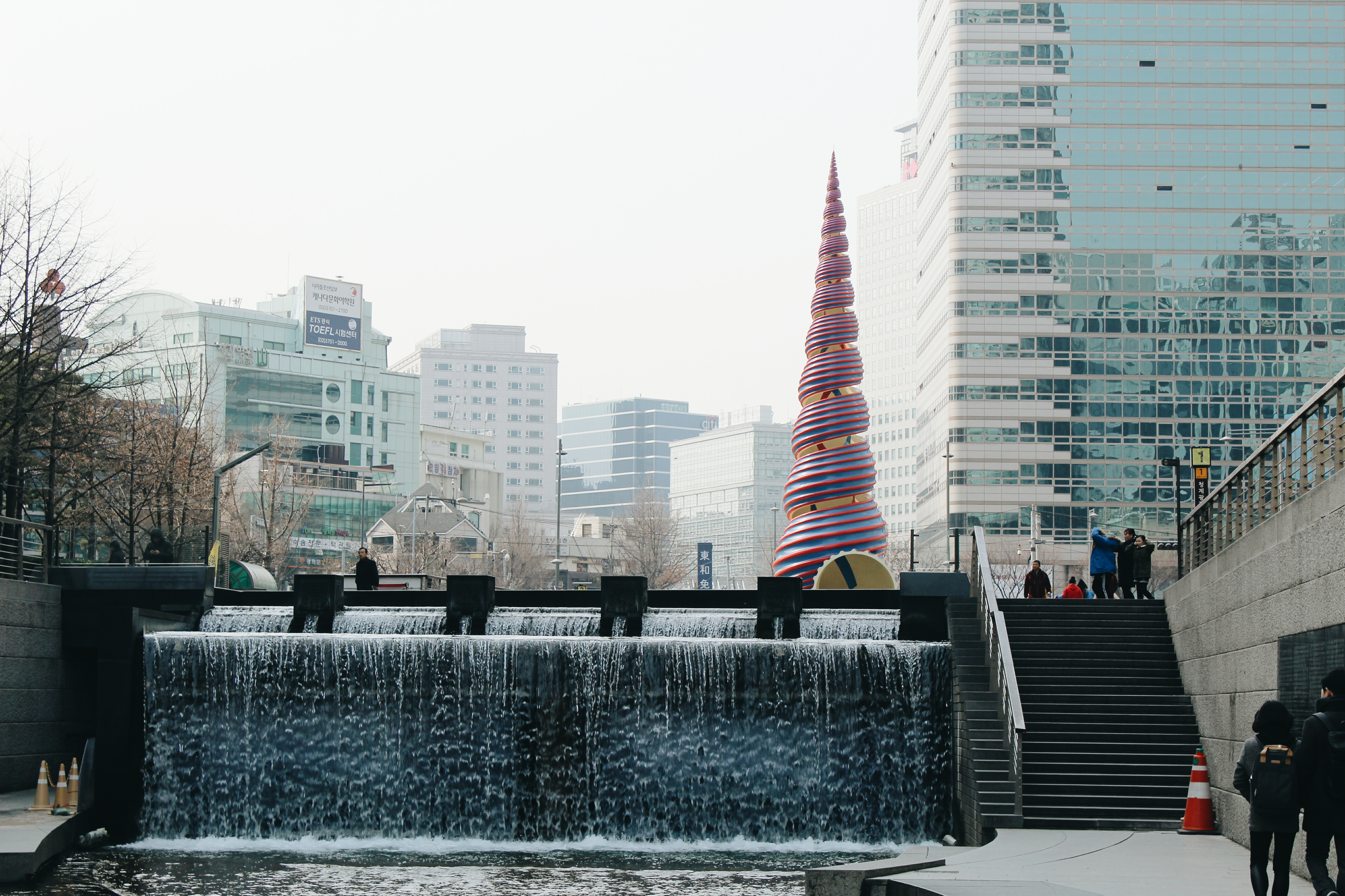 A view of the spirally masterpiece representing a Korean bojagi at the beginning of the Cheonggyecheon.