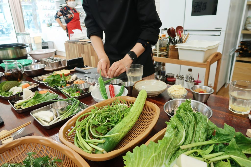 Our teacher Miyeon demonstrates how to cut the vegetables for each dish (Korea cuisine).