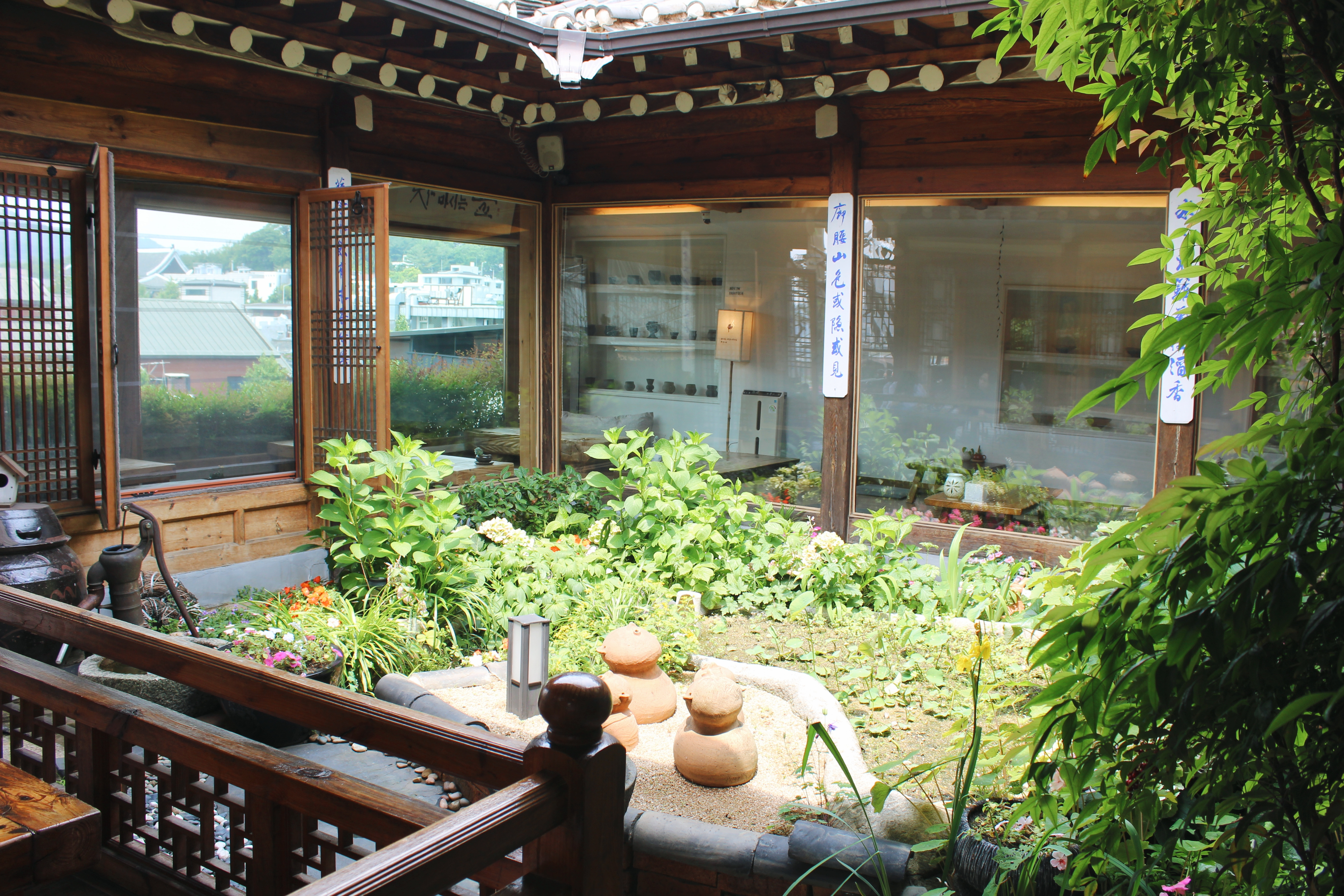 A garden can be found in the center of Cha-teul